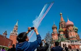 مرین هواپیما های روسی برفراز میدان سرخ روسیه برای آمادگی روز پیروزی در جنگ جانی دوم