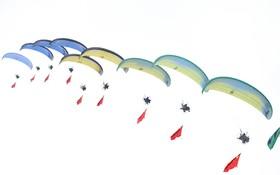 نمایش چتربازان در نمایشگاهی هوایی در هنگشویی در چین