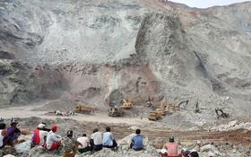 معدن سنگ یشم در برمه که ریزش کرده و تعدادی کشته در زیر آوار داشته و تلاش مقامات برای یافتن اجساد و کارگران در حال تماشا برمه در سال 2015 معادل 23 میلیارد دلار در آمد از این سنگ داشته