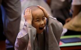 نوجوان کره ای پس از تراشیدن سر در معبد بودایی ها برای دوره های آموزشی