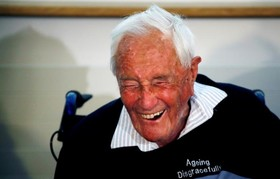 تصویر دیوید گودال بیولوژیست انگلیسی متولد استرالیا که در سن 104 سالگی در سوئیس به زندگی خود پایان داد