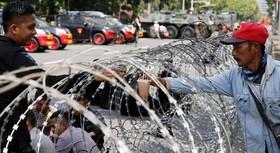 معترضان اندونزیایی مقابل سفارت آمریکا د ر این کشور به نشانه  اعتراض انتقال سفارت آمریکا به بیت المقدس.