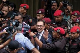 آزادی انور ابراهیم از زندان پس از پیروزی حزبش در انتخابات اخیر مالزی و نخست وزیری ماهاتیر محمد