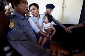خبرنگار رویترز که در میانمار دستگیر و محاکمه می شود دخترش را در بغل گرفته و عازم دادگاه است