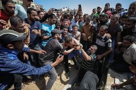 مراسم دفن یکی از شهدای فلسطینی در غزه که به دست اشغالگران صهیونیست کشته شده است