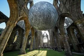 نمایش گویی که شبیه ماه ساخته شده در انگلیس