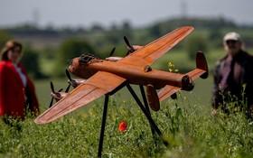 هواپیمایی که مشابه هواپیمای بمب افکن لانکستر ساخته شده در محلی در انگلیس برای بزرگداشت خلبانان جنگی در جنگ دوم برپا شده است