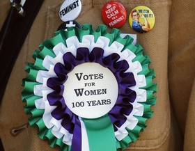 گل سینه زنان در راهپیمایی یاد بود صدمین سالگرد کسب حق رای زنان در لندن.