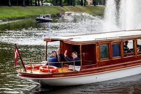 سوار شدن پادشاه هلند به قایق به همراه رییس جمهوری لیتوانی در جریان سفر به لیتوانی