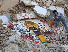 نقاشی های ضد روسی عزیزی السمار، نقاش ۳۵ ساله سوری روی ویرانه های جنگ سوریه