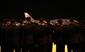 ادای احترام گارد امنیتی هنگام برخاستن هواپیمای حامل رهبر کره شمالی از فرودگاه سنگاپور و بازگشت به پیونگ یانگ