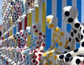 (تصاویر)مانکنهای خلاقانه در نمایشگاه فلورانس ایتالیا.آتش سوزی شبانه در بازار شهر پورتوپرنس پایتخت هاییتی،باران سنگین در لوزان، سوئیس، خروج قطار از ریل در پاریس و ... درعکسهای خبری روز