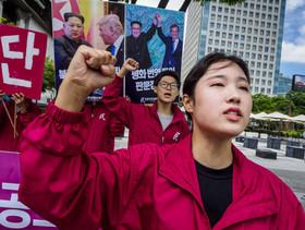 """تظاهرات فعالان حزب """" دموکراسی مردمی کره جنوبی"""" در مقابل سفارت آمریکا در شهر سئول در حمایت از دیدار تاریخی سران آمریکا و کره شمالی برای عاری سازی شبه جزیره کره از سلاح هسته ای"""