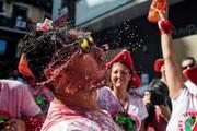 """(تصاویر)جشنواره سالانه """"سان فرمین"""" در شهر پامپلونا در شمال اسپانیا،اعتراض خلیبان کرهای به فساد هیات مدیره هواپیمایی،آکواریوم شهر """"ووپرتال"""" در آلمان و ... درعکسهای خبری روز"""