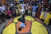 (تصاویر)نمایش خیابانی به مناسبت جام جهانی 2018 فوتبال در شهر داکا بنگلادش،یک کارخانه تولید لوازم ورزشی در چین،آتش سوزی در کالیفرنیا و از بین رفتن چندین خانه و... درعکسهای خبری روز