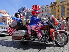 رژه هارلی دیویدسون با پرچم آمریکا در خیابانهای پراک، چین