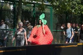 یک تماشاچی مسابقات تنیس جام ویمبلدون در ورودی یک ایستگاه مترو در لندن