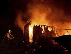 آتش سوزی در کالیفرنیا و از بین رفتن چندین خانه.
