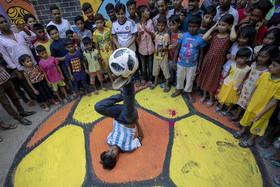 نمایش خیابانی به مناسبت جام جهانی 2018 فوتبال در شهر داکا بنگلادش