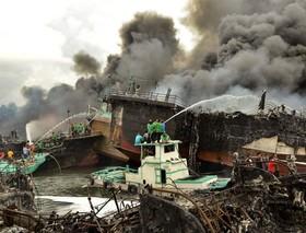 خاموش کردن آتش قایق ماهیگیران در بندر بالی اندونزی