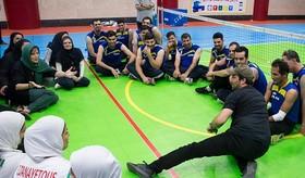 هنرمندان در تمرین تیم ملی والیبال نشسته بانوان