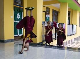 تفریح کودک راهب هندی در وقت ناهار
