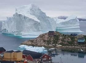 """(تصاویر)عبور یک کوه یخ شناور از کنار جزیرهای در گرینلند، دست دادن ترامپ با """"ترزا می"""" نخست وزیر بریتانیا، تظاهرات اعتراضی مردم انگلستان به سفر ترامپ به کشورشان و ... درعکسهای خبری روز"""