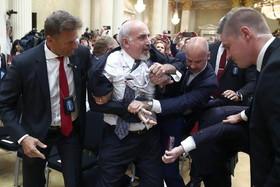 دستگیری یک مرد با پلاکارد انتقادی در نشست خبری روز دوشنبه ترامپ و پوتین در هلسینکی