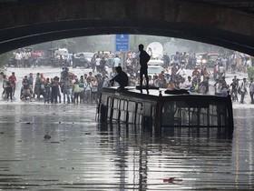 اتوبوس گرفتار شده در سیلاب بارانهای موسمی در هند