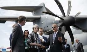 """صحبتهای نخستوزیر بریتانیا با مدیر عامل شرکت هواپیماسازی """"ایرباس"""" در بازدید از نمایشگاه دوسالانه صنعت هوا و فضا در بریتانیا"""