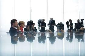صدراعظم آلمان و سخنگوی او در نشست خبری سالانه در برلین