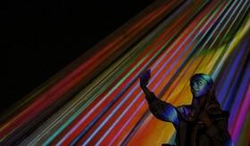 نمایش نورپردازی هزارتوی زمان بر پیکره برج آزادی.