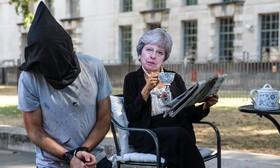 تظاهرات ضد دولت انگلیس در مقابل دفتر نخست وزیر این کشور