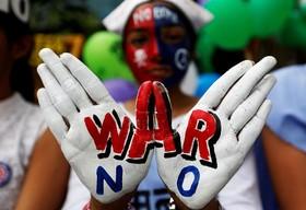 تظاهرات در بمبئی هند در اعتراض به کشتار بمب اتمی آمریکا در هیروشیما در سالگرد این حادثه در حمایت از صلح