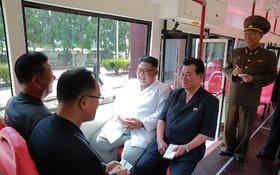 کیم جونگ اون رهبر کره از طرح اتوبوس تراموا در کشورش بازدید می کند