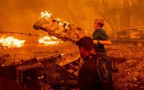 تلاش ساکنان منطقه ای در کالیفرنیا برای نجات اموالشان از آتش سوزی در این منطقه