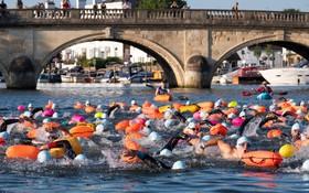 مسابقه ماراتن شنا در رودخانه تیمز در لندن انگلیس