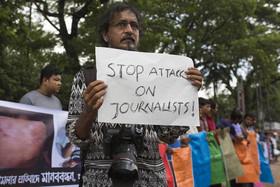 اعتراض روزنامهنگاران بنگلادشی به حمله نیروهای امنیتی به خبرنگاران و عکاسان در حاشیه پوشش اعتراضات دانشجویی اخیر در شهر داکا