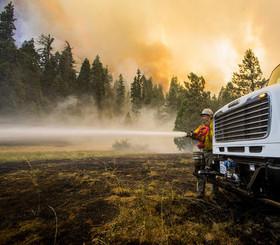 ادامه تلاش آتشنشانان برای اطفاء آتشسوزی جنگلی بزرگ در ایالت کالیفرنیا آمریکا