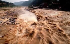 رودخانه زرد در چین و فصل سیلاب و توریست هایی که تماشای آن آمده اند