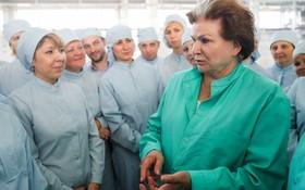 عضو دوما مجلس روسیه و فضانورد سابق در مراسم افتتاح یک مرکز تولید تجهیزات ماهواره ای