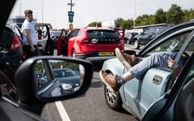 مسافران تابستانی در انگلیس در انتظار عبور از تونل زیر آبی بسوی اروپا