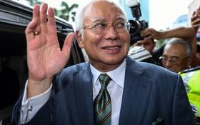 نجیب رزاق نخست وزیر سابق مالزی پس از خروج از دادگاه رسیدگی به اتهامات فساد