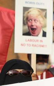 تظاهرات علیه وزیرخارجه سابق انگلیس در پی سخنانش علیه حجاب در انگلیس