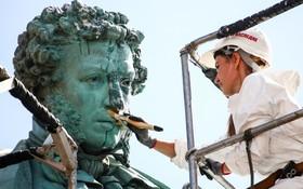 پاکسازی مجسمه شاعر و نویسنده روس الکساندر پوشکین