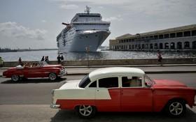 کشتی مسافربری جهانگردان در ساحل هاوانا کوبا