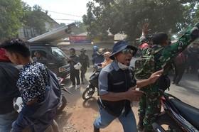 لحظه وقوع یک پس لرزه در اندونزی پس از زلزله ای که بیش از 250 کشته برجا