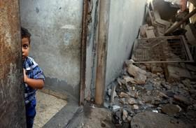 کودک فلسطینی پس از حمله رژیم اشغالگر به اطراف محل سکونتش در غزه