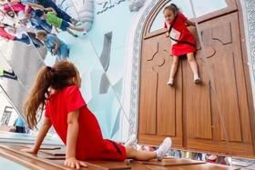 نگاه یک دختر بچه به آینه در جشن هشتصدوهفتادویکمین سالگرد تاسیس شهر مسکو