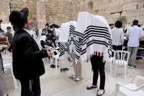 یهودیان ارتدوکس در حال نیایش در دیوار غربی در جشن سال نو یهودی در بخش قدیمی شهر قدس